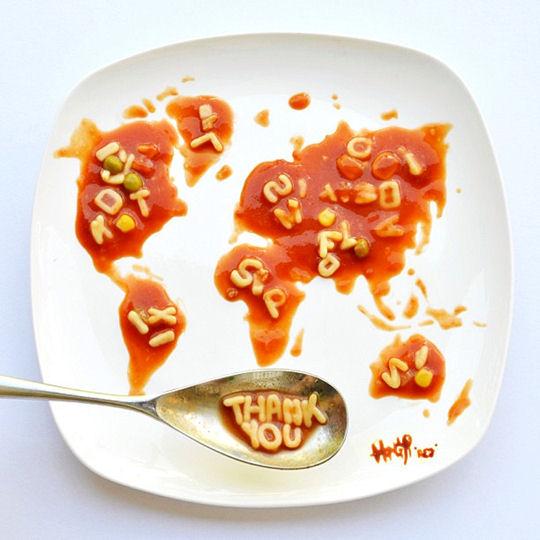 Carte du monde dans une assiette de petites pâtes et de sauce tomate.