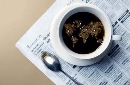 Carte du monde dans une tasse à café