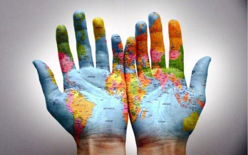 Carte du monde peinte sur les mains