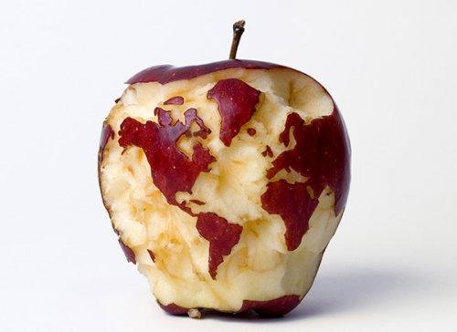 Carte du monde sur une pomme. Crédit-photo: Kevin van Aeist